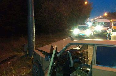 В Киеве водитель вылетел с дороги в столб