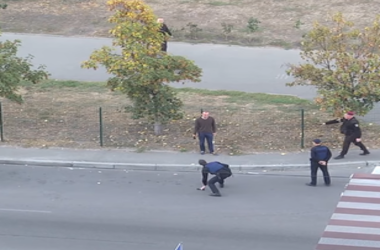 В сети появилось видео задержания мужчины с оружием в Киеве