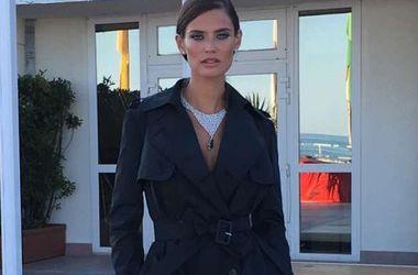 """32-летняя супермодель пришла на вечеринку в """"голом"""" платье-сетке (фото)"""
