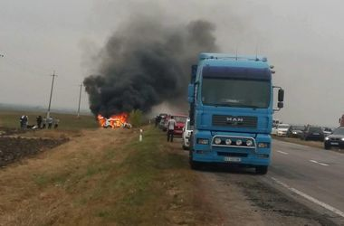 На трассе Киев - Одесса дотла сгорел автомобиль