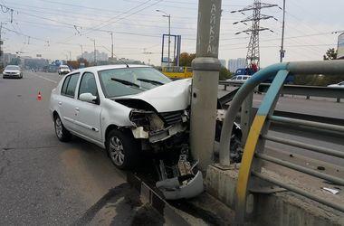 В Киеве водитель разбил машину, вылетев с дороги в столб