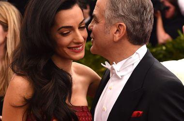 Джордж Клуни на вторую годовщину свадьбы приготовил ужин из полуфабрикатов - Звездные новости - Пара в семейном кругу отпраздновала двухлетие знаменательного события