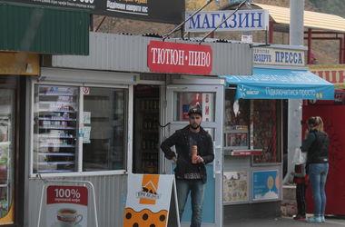 """Нелегальные торговцы алкоголем в Киеве: """"Мы сидим как на пороховой бочке!"""""""