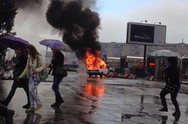 В Харькове посреди дороги горел автомобиль