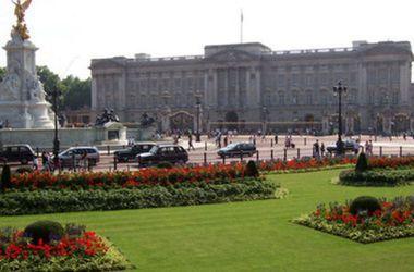 Полиция арестовала юношу за попытку перелезть через ворота Букингемского дворца