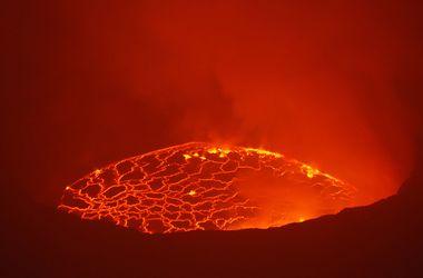 В Японии разбушевался вулкан