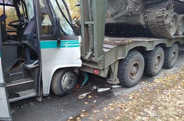 В Винницкой области автобус влетел в военный тягач