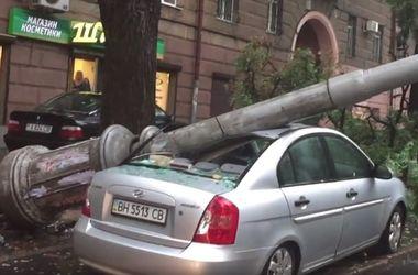 В Одессе столб упал на автомобиль
