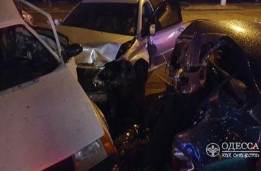 В Одессе Lexus смял три припаркованные машины