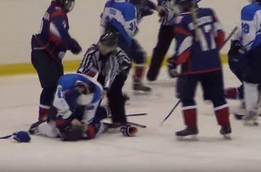 Девушки-хоккеистки устроили жестокую драку во время матча в России
