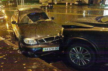 На Васильковской водитель сбил двоих пешеходов и разбил пять авто