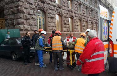 Со здания КМДА на Крещатике сорвался рабочий