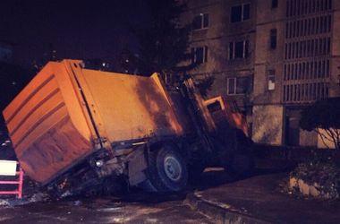 В Харькове провалился под землю мусоровоз