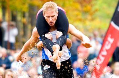 В США прошел странный чемпионат по перетаскиванию жен