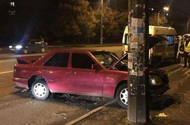 Пьяное ДТП в Киеве: машина вылетела в столб, есть пострадавшие