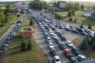На границе Украины выстроилась гигантская очередь