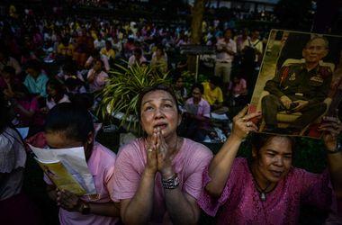 Истерика и слезы: как в Таиланде отреагировали на смерть короля