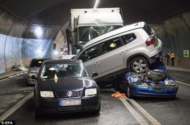 В Швейцарии в туннеле столкнулись 4 легковушки, автобус и грузовик: есть жертвы
