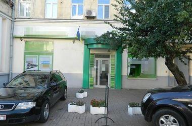 В Киеве клиент банка пытался положить на счет фальшивые доллары