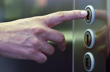 В Киеве мужчина ограбил мальчика в лифте