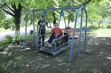 В Харькове появятся качели и турники для людей с ограниченными возможностями
