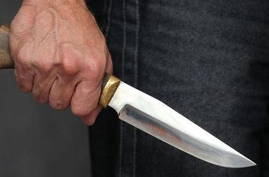 Под домашний арест взяли школьника, который нанес 10 ножевых ранений учительнице на Прикарпатье