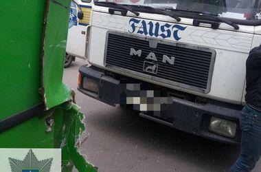 В Харькове грузовик врезался в маршрутку