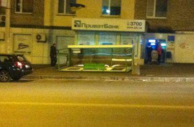 В Киеве сильный ветер повалил остановку