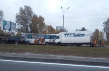 Масштабное ДТП в Киеве: грузовик протаранил автобус