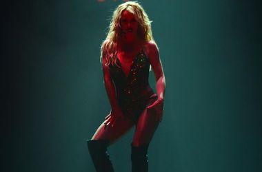 Бритни Спирс в золотом боди устроила горячие танцы с певцом на сцене