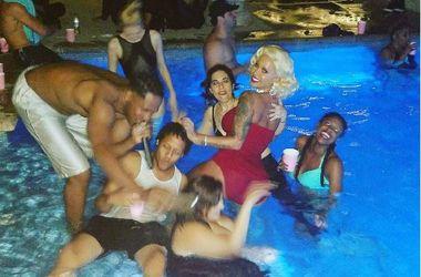 Сексуальная Эмбер Роуз отпраздновала 33-летие в бассейне в образе Мэрилин Монро