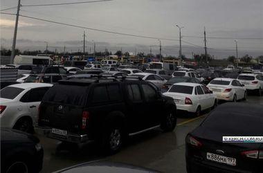 В сети показали огромные очереди в Крыму