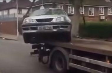 Видеохит: водителю почти удалось угнать свой автомобиль с эвакуатора