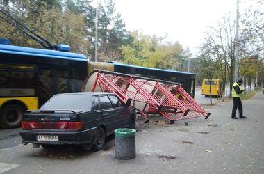 В Киеве авто сбило остановку транспорта