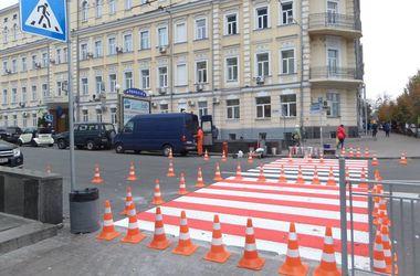 В центре Киева появился красно-белый переход