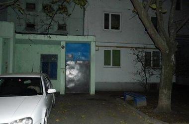 В Киеве у подъезда на киевлянку напал грабитель