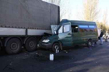В Днепре маршрутка с пассажирами столкнулась с фурой: пострадали 11 человек