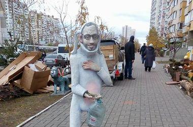 Веселье в Киеве: кролик-Яценюк просит милостыню, а на козла в виде Путина можно присесть