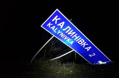 На трассе Киев-Одесса водитель сбил знак, вылетел в кювет и опрокинулся
