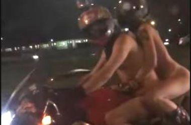 Холод ни по чем: по Москве проехались голые байкеры