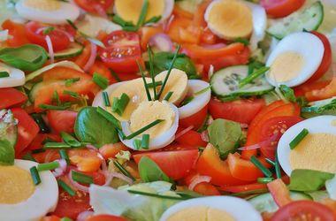 Диетологи выяснили, почему стоит добавлять яйца в овощной салат