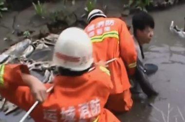Видеохит: в Китае подростка-самоубийцу спасли из зыбучего песка