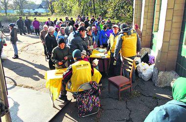 """Жительница села на Донбассе: """"Год назад мы чуть траву не начали есть"""""""
