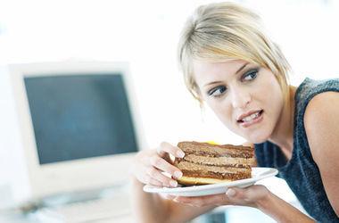 Ученые выяснили, почему женщины едят больше во время ПМС
