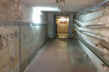 Детская больница в Киеве пугает посетителей отвалившейся плиткой и поврежденным полом