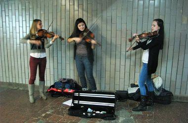 Музыканты в киевском метро: чем живут и как зарабатывают уличные артисты