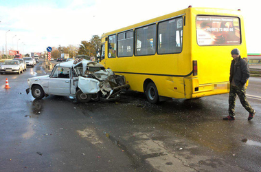 В Одессе автобус влетел в легковушку: трое детей в больнице
