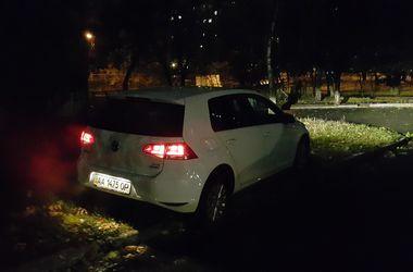 В Киеве мужчина напал на журналиста за замечание о парковке на газоне