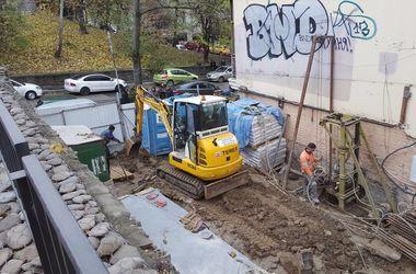 Скандал вокруг стройки в центре Киева: на Круглоуниверситетской скололи кусок дома