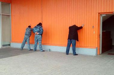 Полиция отбила рейдерский захват торгового центра в Мариуполе